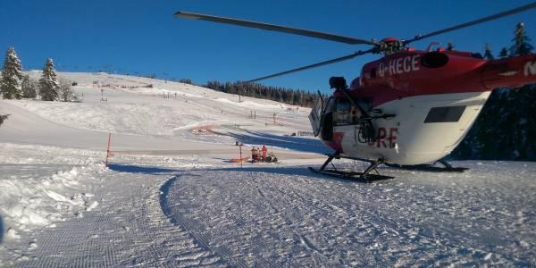 Der rot-weiße Rettungshubschrauber der DRF Luftrettung beim Snowboardcross-Weltcup auf dem Feldberg.