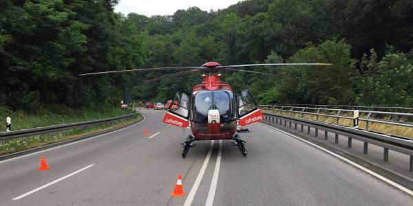 Der Karlsruher Rettungshubschrauber der DRF Luftrettung konnte direkt auf der gesperrten B19 landen.
