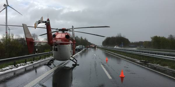 Heftige Hagelschauer führen zu einer Massenkarambolage auf der A23. Wenige Minuten später landet die Hubschrauberbesatzung von Christoph 42 an der Unfallstelle.