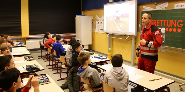 48 begeisterte Kinder der Grundschule Wörth-Dorschberg zeigen reges Interesse am Thema Luftrettung. Foto: Montag