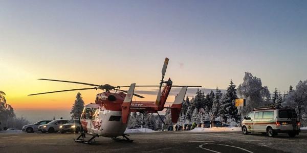 Der Einsatz am Skihang Unterstmatt zog sich für die Karlsruher Luftretter unerwartet in die Länge: Vier Personen verletzten sich unabhängig voneinander innerhalb kurzer Zeit. (Foto: Bergwacht Schwarzwald (Ortsgruppe Karlsruhe))