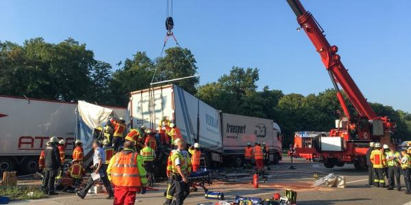 Christoph 43 wird zu einem schweren Unfall gerufen: Der Fahrer eines Sattelzuges übersieht das Stauende und fährt auf einen 7,5-Tonner auf.