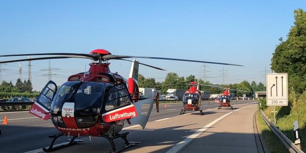 Bei einem schweren Busunglück auf der A5 wurden drei Hubschrauber der DRF Luftrettung alarmiert.