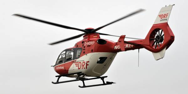 Der rot-weiße Rettungshubschrauber der DRF Luftrettung auf dem Flug zum Einsatzort. (Symbolbild)