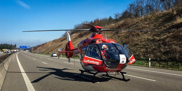 Die Besatzung der Leonberger Station der DRF Luftrettung war schnell vor Ort und der Pilot konnte auf der Autobahn landen.