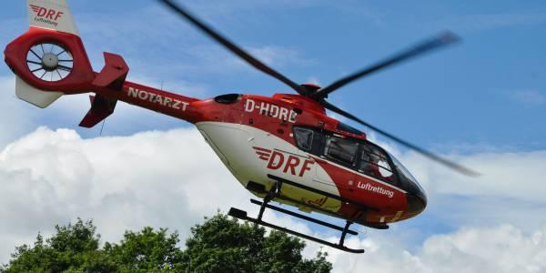 Rettungshubschrauber der DRF Luftrettung im Flug zu einem Einsatz.