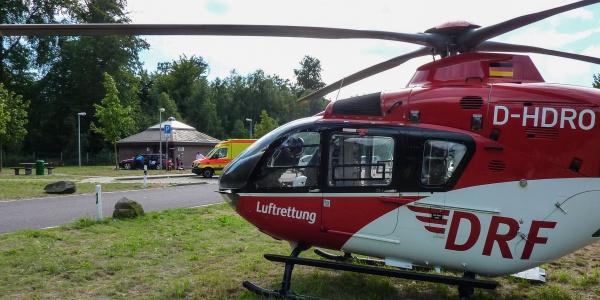 Innerhalb von wenigen Minuten erreichen die Luftretter den Patienten und übernehmen seine medizinische Versorgung.