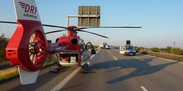 Ein Lastwagen ist in ein Stauende gerast. Christoph 36 und ein Rettungswagen sind die ersten Rettungskräfte vor Ort.