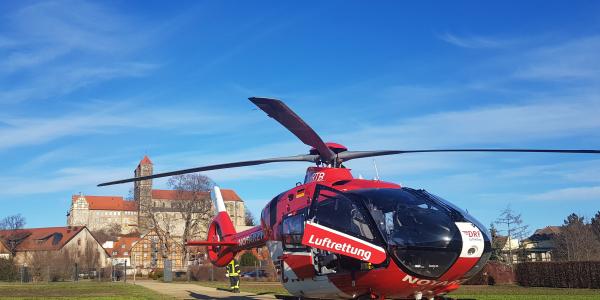 Landung im Garten des Quedlinburger Stadtschlosses - ein Bauarbeiter erlitt schwere Verletzungen.