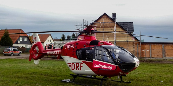 Einsatz für die Magdeburger Luftretter bei Zerbst. Ein Mann hatte sich auf einer Hausbaustelle schwer verletzt.