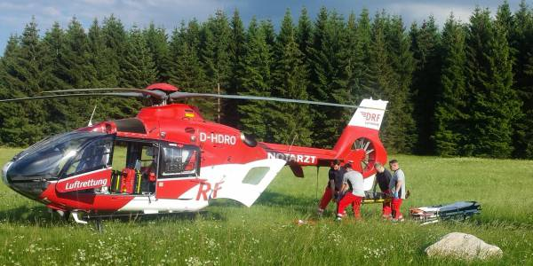 Nach der medizinischen Versorgung durch Hubschraubernotarzt und Rettungsassistenten wird der verunglückte Mountainbiker an Bord von Christoph 36 aufgenommen.