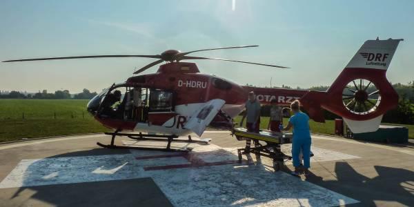Am Klinikum Magdeburg übergeben die Luftretter den Patienten an das Klinikpersonal.