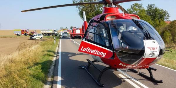 Die Besatzung von Christoph 36 der DRF Luftrettung versorgt die Patientin.
