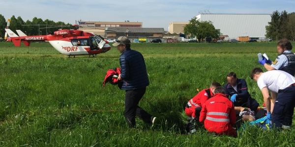 Die Mannheimer Luftretter waren als erste vor Ort und begannen sofort mit der Versorgung des schwer verletzten Mannes.