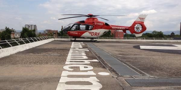 Christoph 53 der DRF Luftrettung ist auf einem Klinikdach gelandet.