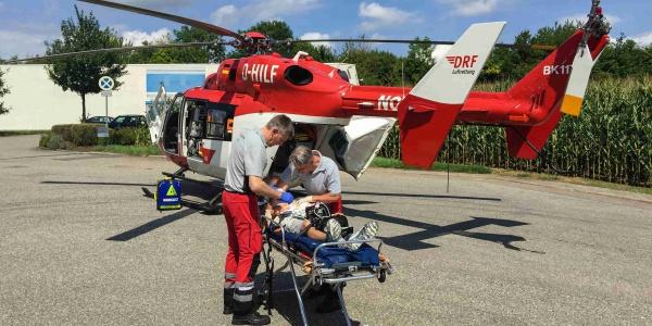 Alles wird vorbereitet für den Flug in die BG-Unfallklinik Ludwigshafen.