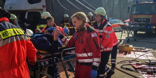 Nach der Befreiung aus seinem zerstörten Fahrzeug wird der schwer verletzte Fahrer zum Hubschrauber gebracht und in das Universitätsklinikum Heidelberg geflogen.