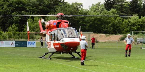Die Mannheimer Luftretter statteten den Fußballern einen Besuch ab, konnten aber nicht lange bleiben, da sie insgesamt sieben Mal alarmiert wurden an diesem Tag.