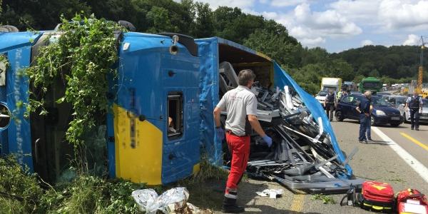 Umgekippter Lkw auf der A 6 bei Dielheim: Christoph 53 ist als erstes Rettungsmittel an der Unfallstelle.