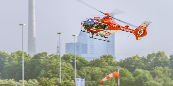 Schnell zur Stelle, wen notärztliche Hilfe gebraucht oder ein schwer kranker oder verletzter Patient schnell in eine Spezialklinik transportiert werden muss: Christoph 53 der DRF Luftrettung aus Mannheim. Symbolbild.