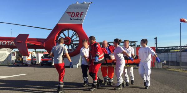 Die Besatzung von Christoph 53 flog den schwer verletzten Motorradfahrer schnell und schonend in eine Spezialklinik.