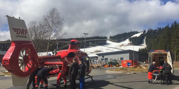 Böses Ende eines Skiausflugs: Verdacht auf eine schwere Verletzung der Wirbelsäule und schonender Transport an Bord von Christoph 37.