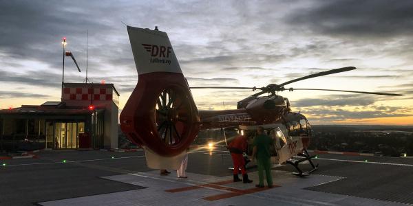 Der Intensivtransporthubschrauber der DRF Luftrettung bringt das Frühchen von Amberg zum Nürnberger Flughafen.