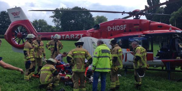 Nach der Rettung aus dem Wald durch die Feuerwehr kämpfen die Luftretter von Christoph Nürnberg um das Leben des 34-Jährigen, der aus 17 Metern Höhe zu Boden stürzte.