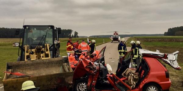 Die Besatzung von Christoph Nürnberg war schnell zur Stelle, um einen Autofahrer zu versorgen und in eine Klinik zu fliegen, der frontal mit einem Radlader zusammen gestossen war.