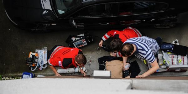 Nach einem Autounfall: Die Nürnberger Notärzte und Rettungsassistenten üben an Simulationspuppen die medizinische Versorgung und die Kommunikation im Team.
