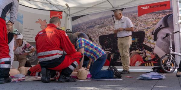 Selbst Hand anlegen und für den Notfall üben, auch das war möglich am Stand der DRF Luftrettung, der Integrierten Leitstelle und des Klinikums Nürnberg.