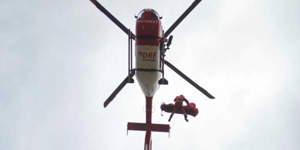 Mit der rechten Hand steuert der Höhenretter das neue Antirotationsruder, das über dem Bergesack angebracht ist. Foto: ToMa-Fotografie