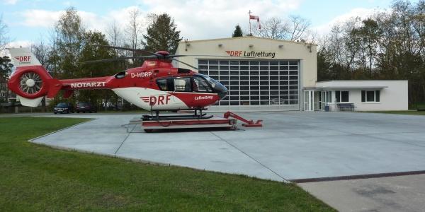 Christoph 49 an der Station in Bad Saarow. Vor Kurzem war die Besatzung im Einsatz, um einen lebensgefährlich verletzten Radfahrer in eine Klinik zu fliegen. Symbolbild.