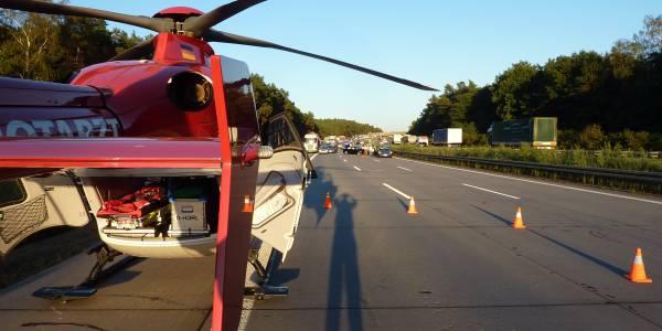 Schwerer Unfall auf der A2. Die Besatzung des Magdeburger Hubschraubers der DRF Luftrettung ist vor allen anderen Rettern vor Ort.