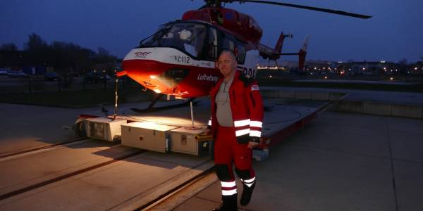 Ein letztes Mal begleitet Pilot Burkhard Piper seinen Christoph 47 in den Hangar.