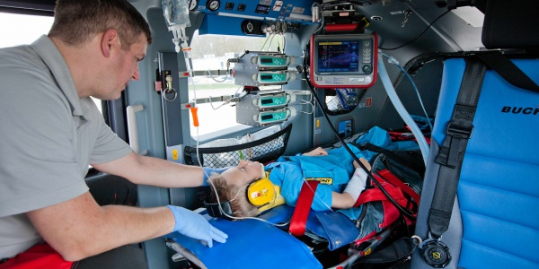 Die Hubschrauber der DRF Luftrettung sind mit hochmoderner Medizintechnik ausgestattet. Unsere Intensivbeatmungsgeräte ermöglichen unterschiedliche Beatmungstherapien und passen sich optimal an den Patienten und sein Krankheitsbild an. Benötigt ein Patient Medikamente, müssen diese exakt angepasst an die Situation dosiert werden. Dies ermöglichen die Pumpen zur intravenösen Verabreichung von Medikamenten.