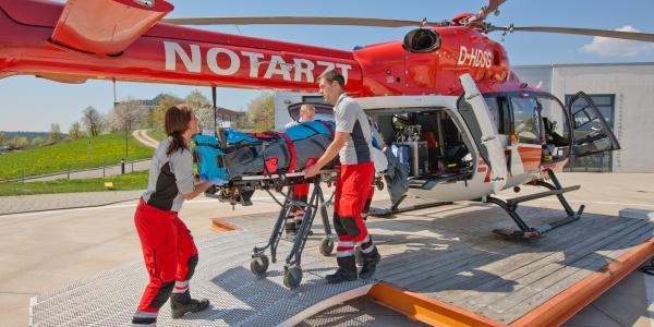 Nach einem Herzinfarkt musste ein Patient schnellstmöglich in eine Spezialklinik transportiert werden. Innerhalb weniger Minuten war der Regensburger Intensivtransporthubschrauber vor Ort. (Symbolbild)