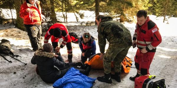 Schnelle Hilfe dank guter Zusammenarbeit: Mitarbeiter von DRF Luftrettung und Bergwacht sowie ein Soldat der Bundeswehr versorgen eine verletzte Wintersportlerin.