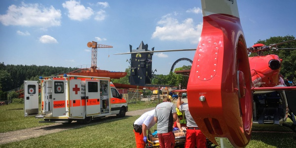 Eine sehr schmerzhafte Schulterverletzung zog sich ein Mädchen im Juni in einem Freizeitpark in Bayern zu. Die Regensburger Luftretter versorgten die junge Patientin und flogen sie in eine Kinderklinik.