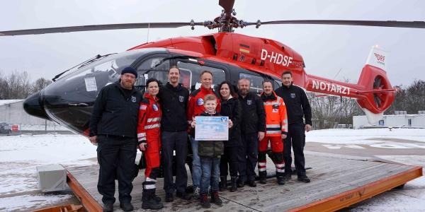 Spendenübergabe vor Christoph Regensburg