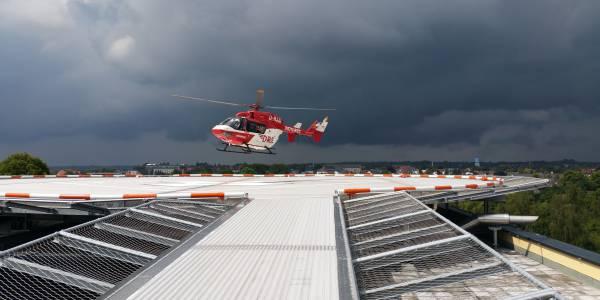 Erste Landung auf dem neuen Helios-Klinikum in Schleswig. Christoph 42 der DRF Luftrettung weihte den Dachlandeplatz offiziell ein. Foto: HELIPAD.consulting.