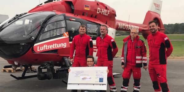 In Rendsburg freuen sich (v.l.n.r.) Pilot Dirk Kugel, Notarzt Dr. Erol Cavus, Notfallsanitäter Thomas Osterbrink und Pilot Sebastian Hilliger über die Spende von Gabriele Schohl.