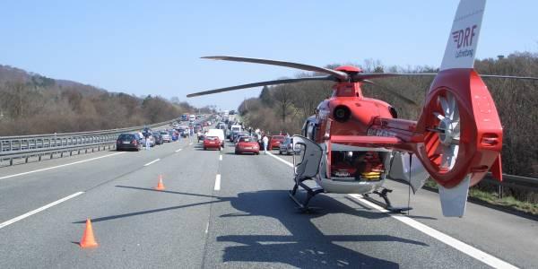 Ein Unfall ist schnell passiert und die Urlaubfreude dahin. Die DRF Luftrettung gibt Tipps, wie Sie sich bei langen Autofahrten fit halten.