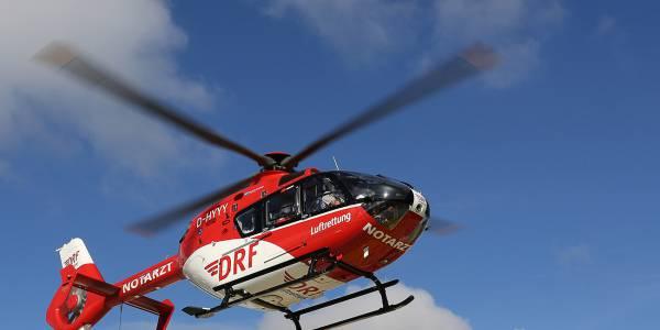 Der Rettungshubschrauber der DRF Luftrettung nähert sich der Unfallstelle. (Symbolbild)