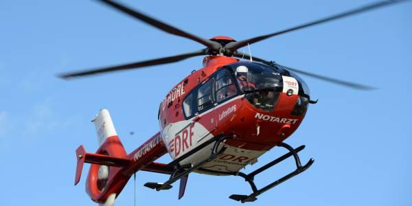 Ein Mann, der aus einem Baum gestürzt war, benötigte schnellsmöglich notärztliche Hilfe. Hubschraubernotarzt und Rettungsassistentin versorgten den Patienten vor Ort, bevor er an Bord von Christoph 53 in das Universitätsklinikum Heidelberg geflogen wurde. Symbolbild.