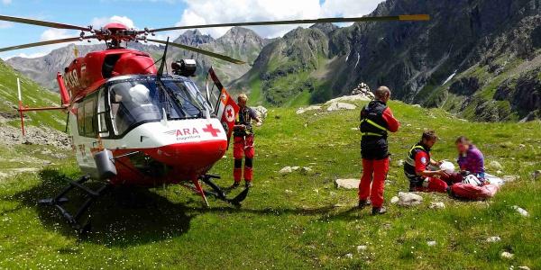 Zwischenlandung, um die verletzte Kletterin zu versorgen. Der Helm hatte u.U. Schlimmeres verhindert.