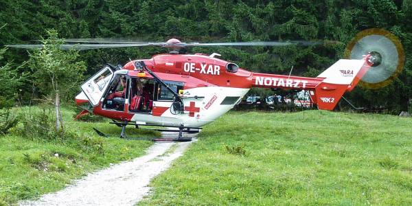Innerhalb weniger Minuten nach der Alarmierung erreichen die Flugretter die verletzte Frau und übernehmen ihre medizinische Versorgung.