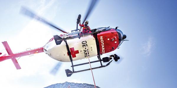 Nach ihrer Gründung hat sich die ARA Flugrettung als fester Bestandteil der Notfallversorgung in Kärnten und Tirol etabliert. Heute leistet sie pro Jahr u.a. rund 250 Windeneinsätze. (Quelle: ARA Flugrettung)