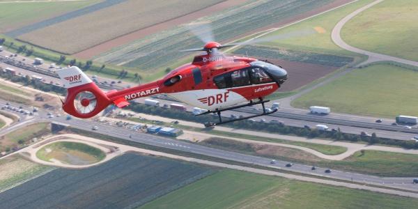 Ein Hubschrauber des Typs H 135 wie er auch an der Station Halle eingesetzt wird (Symboldbild).
