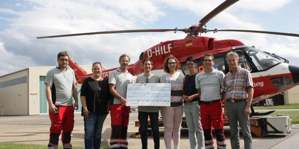Intensivmediziner der Universitätsmedizin Mannheim kickten für den guten Zweck und spendeten die Hälfte des Erlöses den Mannheimer Luftrettern. (Foto: Philip Egermann, UMM)